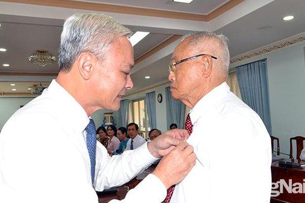Trao Huy hiệu 70 năm tuổi Đảng cho nguyên Bí thư Tỉnh ủy Phan Văn Trang