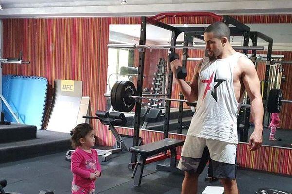 Cựu vô địch UFC bỏ trận đấu để hiến tủy cho con gái