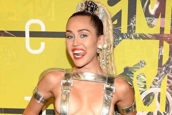 Những bộ váy hở hang, hành động phản cảm tại lễ trao giải âm nhạc Mỹ