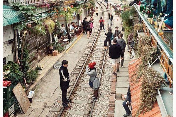 Du khách thoải mái check-in phố đường tàu Phùng Hưng ngày Tết