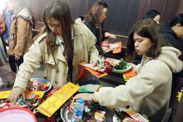 Người dân, công sở đổ xô tới chùa Hà cầu duyên ngày đầu tiên đi làm sau nghỉ Tết