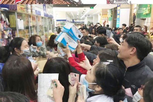 Clip biển người chen lấn mua khẩu trang phòng chống dịch bệnh corona