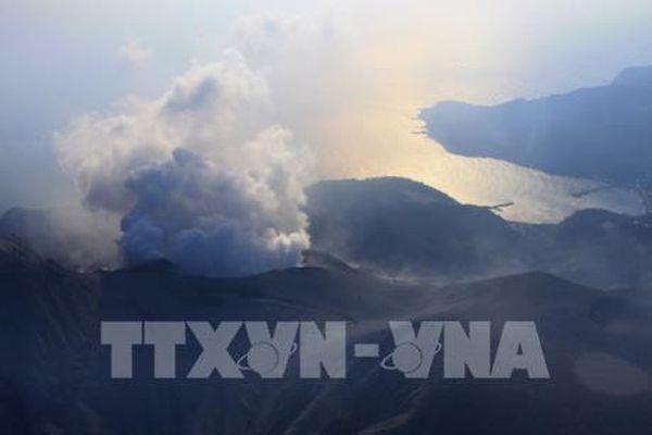 Nhật Bản: Núi lửa phun trào, cột tro và khói cao tới 7.000m