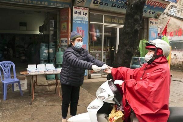 Gia Lâm: Nhiều cá nhân tặng khẩu trang, hỗ trợ thuốc tiêu độc khử trùng