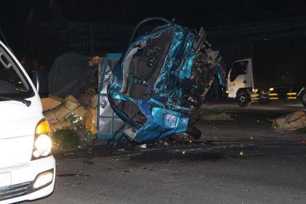 Xe tải biến dạng sau va chạm với xe khách, 3 người tử vong ở Bình Dương