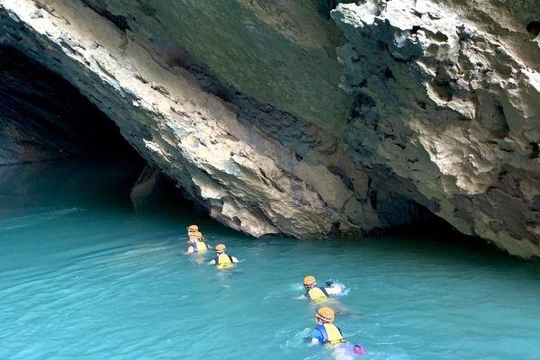 Khách tây tò mò, thích thú khi khám phá vẻ đẹp hồ Ma Đa - Hang Trạ Ang