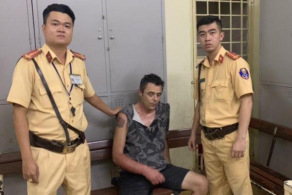 Người đàn ông nước ngoài nửa đêm uy hiếp nữ nhân viên, cướp tiền cửa hàng tiện lợi