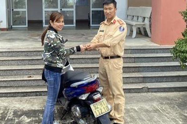 Người phụ nữ được CSGT trao trả chiếc xe máy bị mất trộm