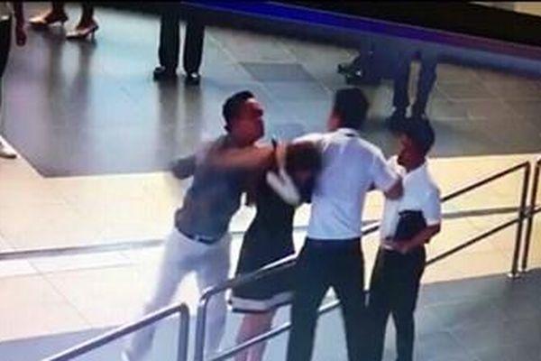 Nhân viên hàng không bị nữ hành khách lao vào... cắn