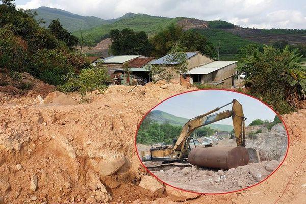Cận cảnh công trường nhà máy gạch tung bụi đất lên nóc nhà dân