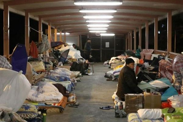 Dân nghèo Hong Kong bỏ 'căn hộ quan tài' ra ngủ ngoài đường