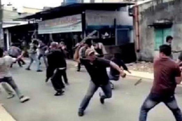 Hai nhóm thiếu niên hỗn chiến sau tiếng nẹt pô