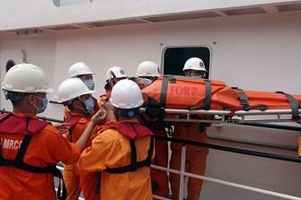 Cứu sống thuyền viên gặp nạn trên biển