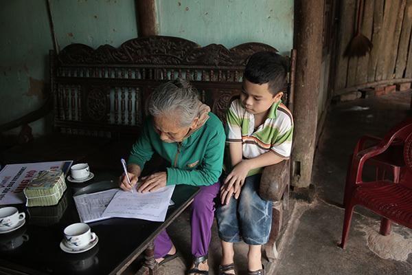 VietNamNet trao 109 triệu đến bé Mạnh mồ côi sống cùng bà nội già yếu
