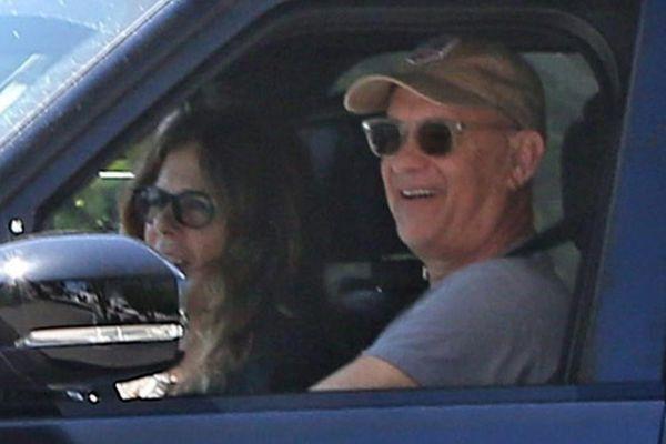 Vợ chồng Tom Hanks vui vẻ ra đường sau thời gian nhiễm bệnh