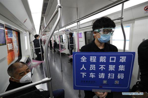 Sau 65 ngày cấm đường, ga tàu Vũ Hán đông đúc trở lại