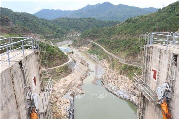 Mới đầu mùa khô, lưu lượng nước đổ về hồ Thủy điện Bản Vẽ rất thấp