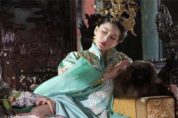 Hoàng hậu 'phóng túng', công khai quyến rũ bạn chồng