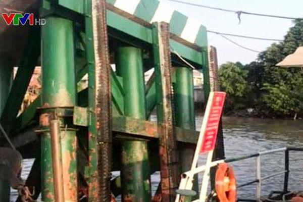 Tàu chở gần 200 container đâm vào cầu phao phà Cát Lái