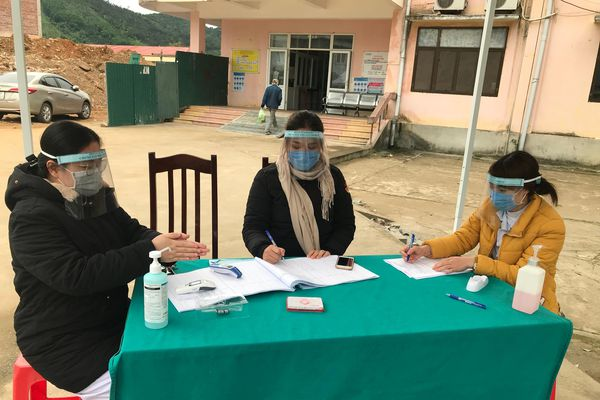 Trung tâm Y tế Bình Liêu chế tạo 150 mũ kính chắn giọt bắn phòng, chống dịch
