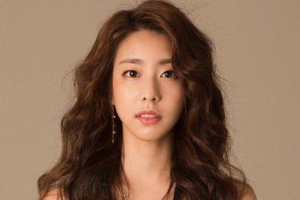 Thông tin hiếm hoi về cô dâu xinh đẹp của So Ji Sub: Kém 17 tuổi, học vấn cực cao và được tôn làm 'nữ thần' tại Hàn Quốc