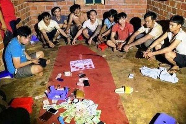 Bất chấp lệnh cách ly toàn xã hội, nhóm người tổ chức đánh bạc trong rẫy