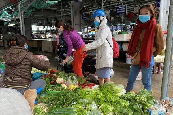 Thực hiện giữ khoảng cách 2m tại các chợ: Tràn lan vi phạm
