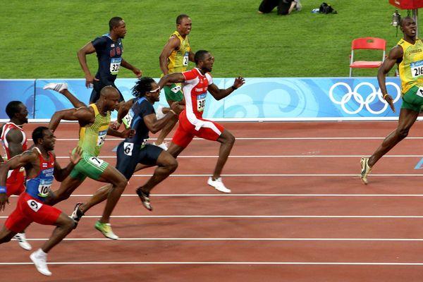 Clip: 'Tia chớp đen' Usain Bolt gây sốc thời giãn cách xã hội