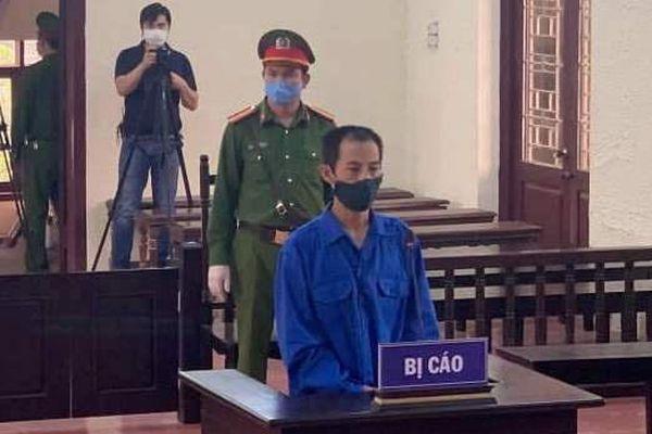 Kẻ khống chế chủ tịch phường khi chống dịch lĩnh 18 tháng tù