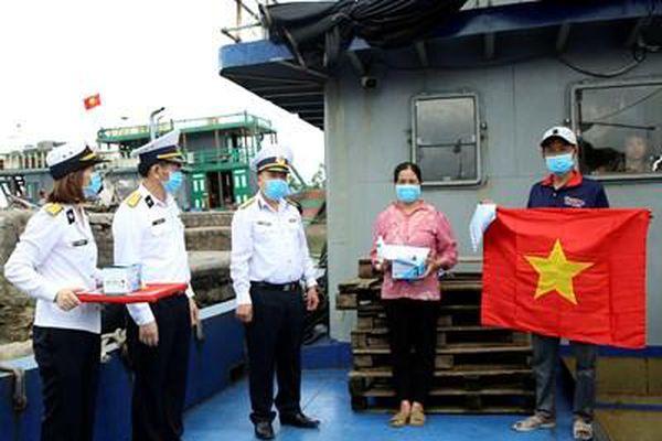 Vùng 1 Hải quân trao vật tư y tế hỗ trợ ngư dân phòng, chống dịch Covid-19