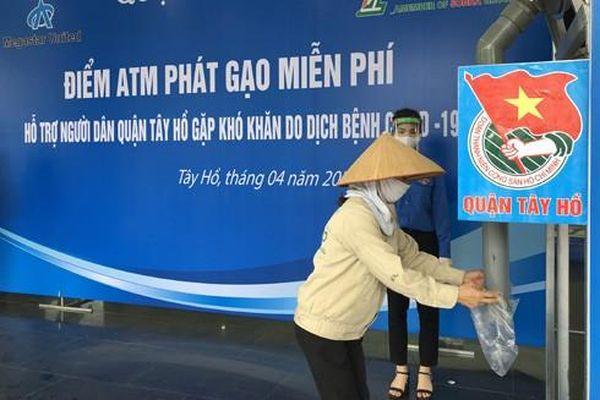 Hà Nội: Phát gạo cho người nghèo qua máy nhận diện khuôn mặt