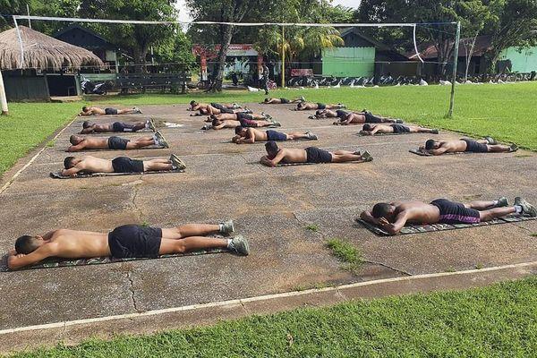 Dân Indonesia đua nhau tắm nắng vì tin bức xạ diệt được virus corona