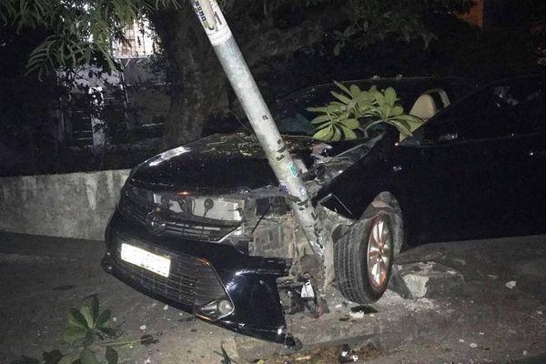 TP.HCM: Ô tô Camry lao lên vỉa hè húc sập cổng nhà dân
