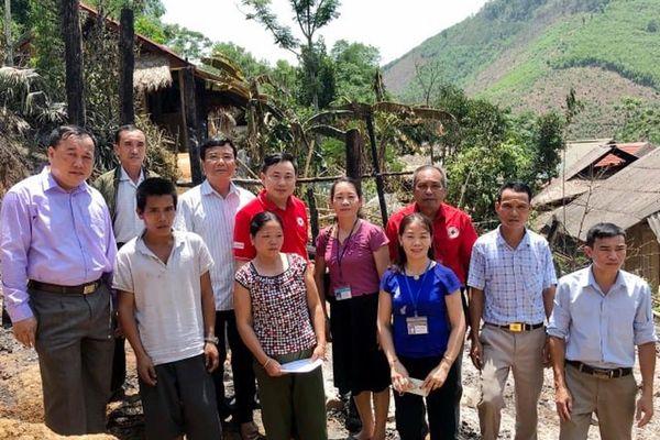 Huyện Tương Dương trao 20 triệu đồng hỗ trợ hộ nghèo bị cháy nhà