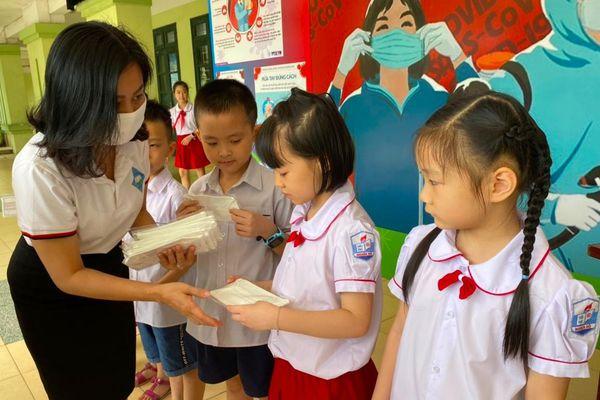 Hàng chục nghìn học sinh thủ đô được tặng khẩu trang kháng khuẩn