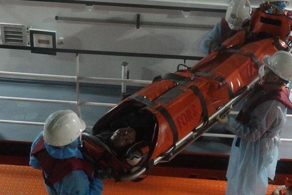 Cứu sống ngư dân Quảng Nam gặp nạn trên vùng biển Hoàng Sa