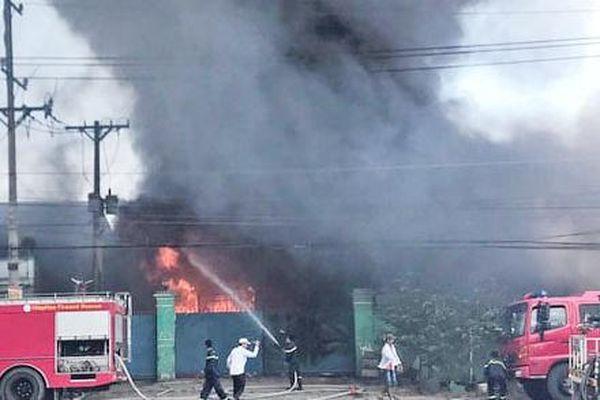 Xưởng mút xốp ở Long An bùng cháy sau tiếng nổ