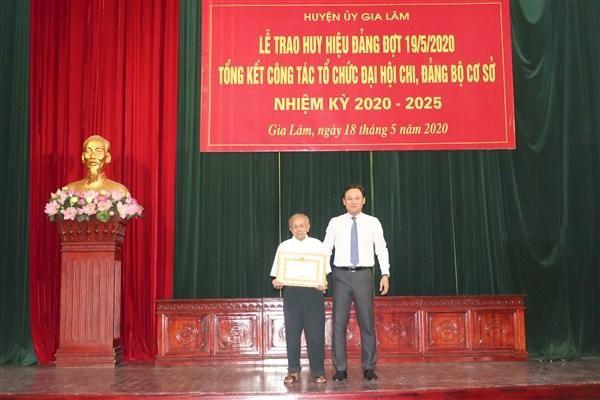 Huyện Gia Lâm: Trao Huy hiệu Đảng cho 175 đảng viên đợt 19/5