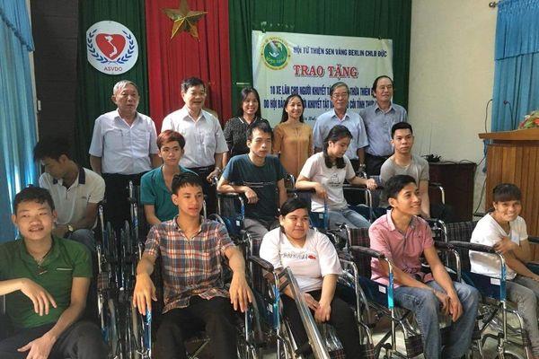 TT Huế : Trao 18 xe lăn và quà đến người khuyết tật