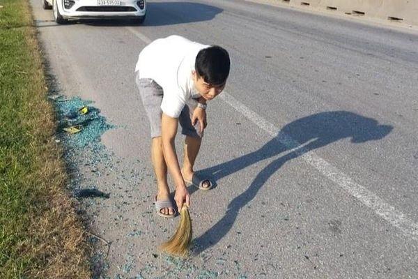 Tài xế Thanh Hóa dọn kính vỡ rơi trên đường giữa trưa nắng