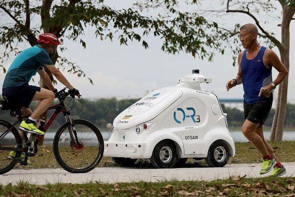 Chó robot, xe điều khiển từ xa chống dịch ở Singapore