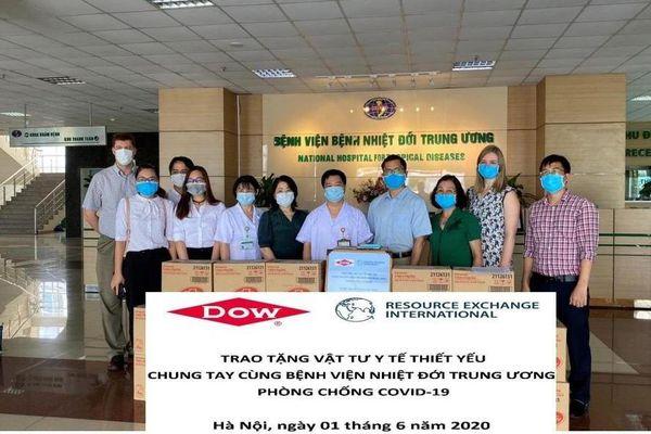 Công ty DOW Chemical Việt Nam trao tặng vật tư y tế trị giá hơn 100 triệu đồng cho Bệnh viện Nhiệt đới Trung ương 2 phòng, chống COVID-19