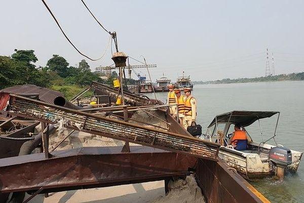 Quyết liệt xử lý nạn cát tặc trên sông Hồng