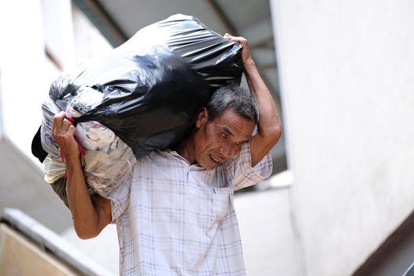 Người lao động quay cuồng dưới cái nắng như thiêu đốt tại Hà Nội