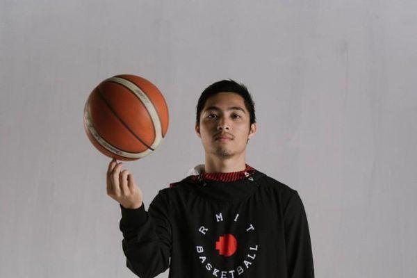 Chàng sinh viên chơi tại giải bóng rổ chuyên nghiệp VBA