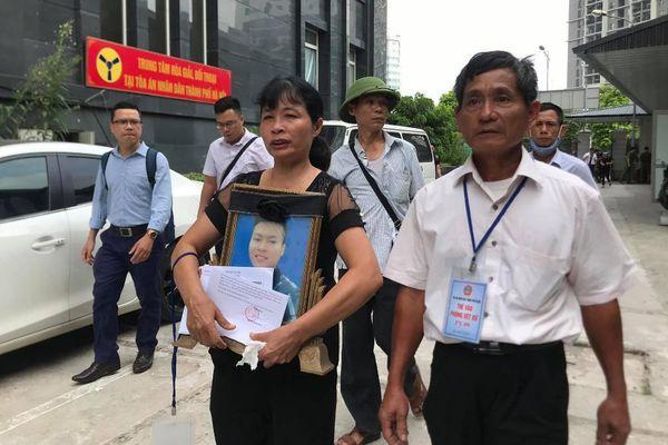 Người thân mang di ảnh nam sinh chạy grab bị sát hại dã man ở Hà Nội: Bao ngày qua gia đình tôi chưa một ngày nguôi ngoai nỗi đau'