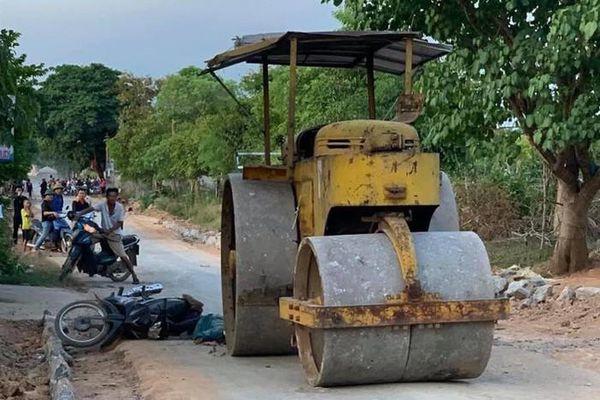 Đi xe máy ngã ra đường, nữ công nhân bị xe lu cán tử vong