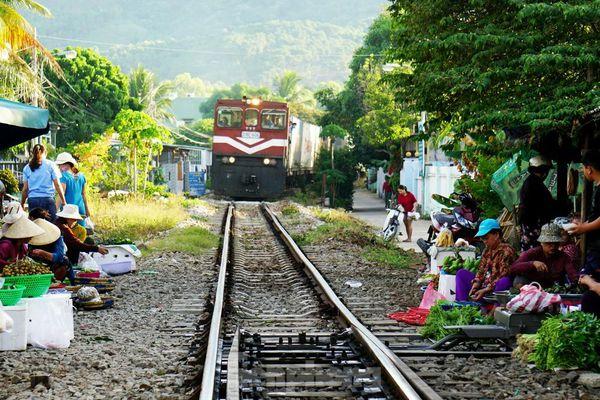 Bất chấp nguy hiểm, người dân vô tư họp chợ trên đường sắt