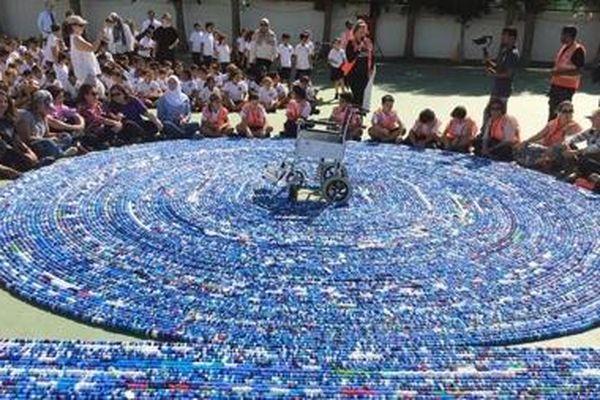 Kỷ lục thế giới về xâu chuỗi nắp chai nhựa
