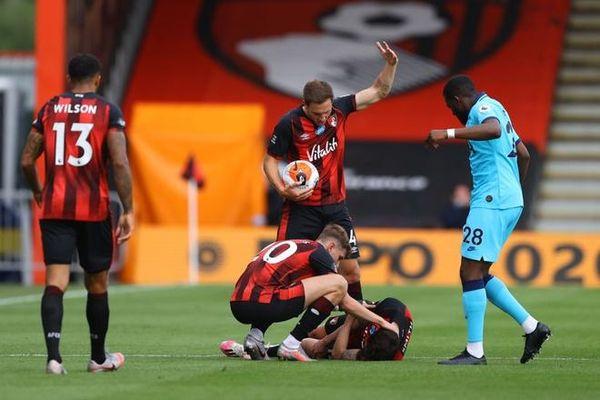 Cầu thủ Bournemouth nằm bất động sau va chạm mạnh trên không